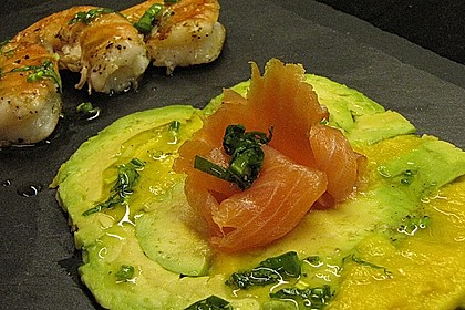 Avocado-Mango-Carpaccio mit Bärlauchvinaigrette, Lachs und Garnelen