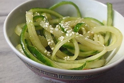 Asiatischer Gurkennudel-Salat süßsauer