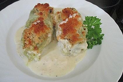 Spitzkohl-Tatar-Rouladen mit Bröselhaube auf Gorgonzola-Mornay-Sauce