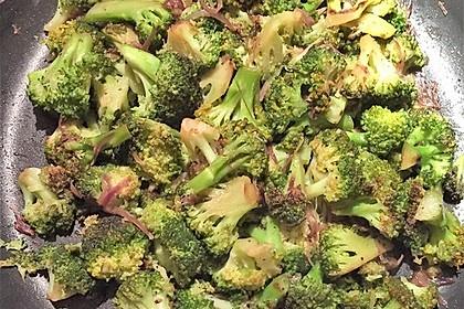 Brokkoli aus der Pfanne (Bild)