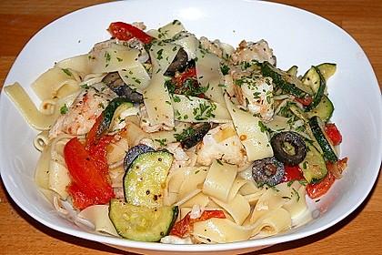 Nudeln mit Kabeljau, Zucchini, Tomaten und schwarzen Oliven