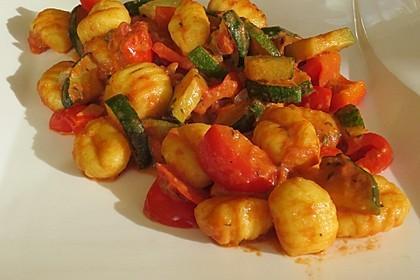 Gnocchi-Gemüse-Pfanne in Tomatensoße (Bild)
