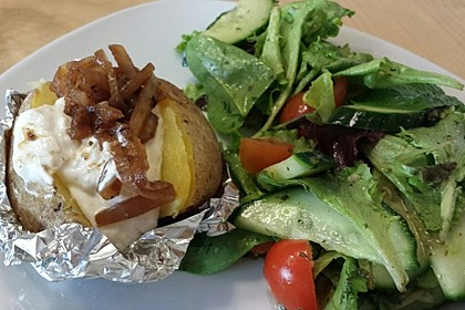Folienkartoffeln mit feurigem Knoblauchquark und Balsamico-Zwiebeln