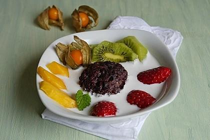 Schwarzer Reis-Kugeln mit Kokoscreme und Früchten
