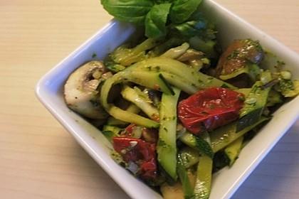 Zucchini-Pilz-Salat (Bild)