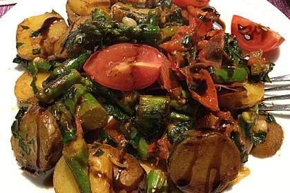 Grüner Spargel mit Tomaten, Kartoffeln, Bärlauch und Parmesan