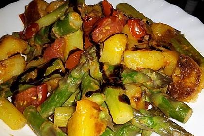 Grüner Spargel mit Tomaten, Kartoffeln, Bärlauch und Parmesan 1
