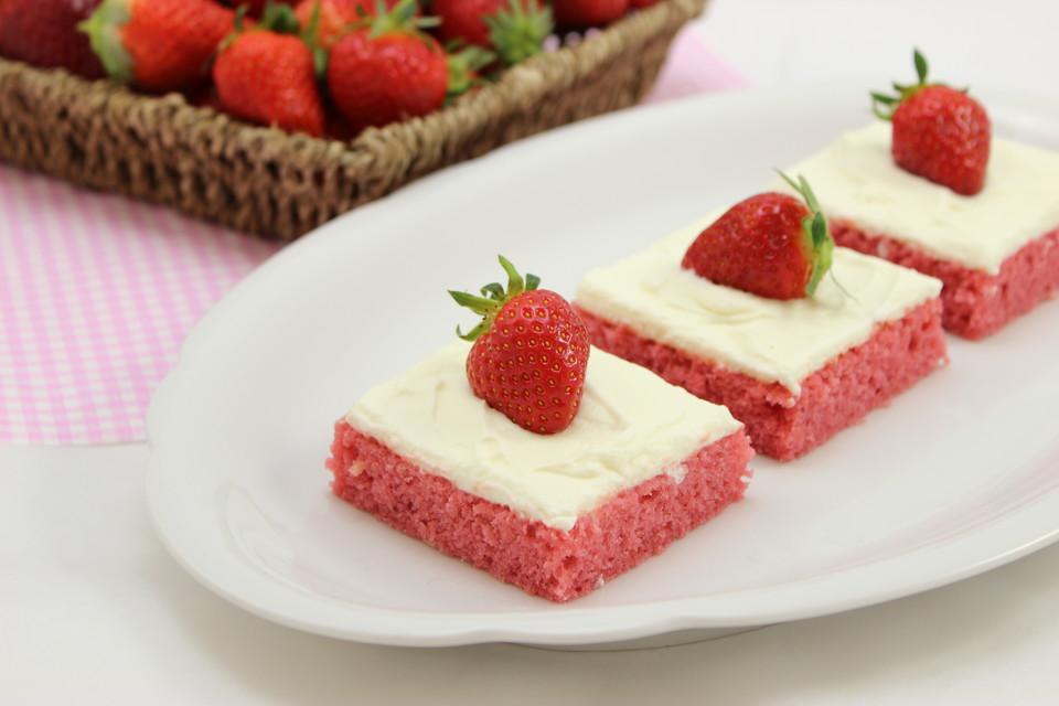 Erdbeer Blechkuchen Mit Cream Cheese Frosting Von Amerikanisch