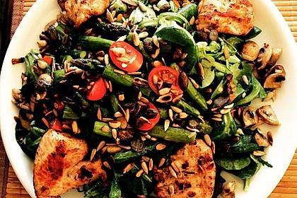 Bunter Frühlingssalat mit Spargel und Hähnchenbrustfilet
