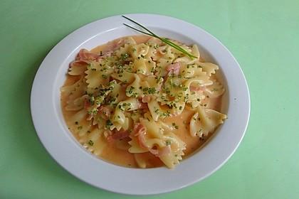 Nudeln in cremiger Schinken-Tomatensoße (Bild)