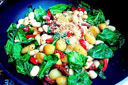 Gnocchi Tricolore mit Pinienkern-Parmesan