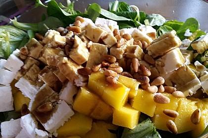 Mango und Feta-Käse auf Feldsalat mit Pinienkernen