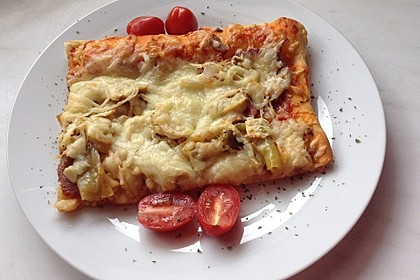 Pizza mit Käserand vom Blech