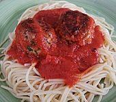 Fleischklöße mit Kräuter und Tomatensauce (Bild)