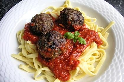 Fleischklöße mit Kräuter und Tomatensauce