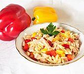 Reisnudelsalat mit Fleischwurst und Paprika (Bild)