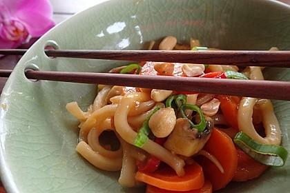 Udon-Nudeln mit Erdnüssen und Gemüse (Bild)