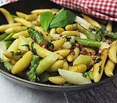 Spargel-Schupfnudelpfanne mit Speck und Parmesan (Bild)