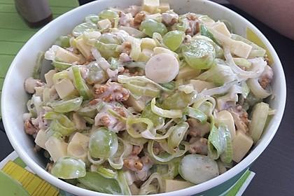 Lauch-Käse-Salat mit Trauben und Walnüssen
