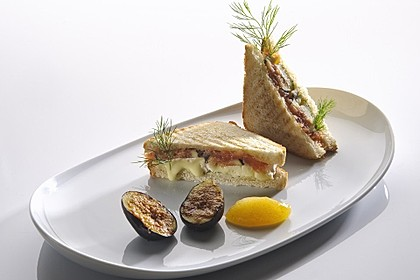 Camembert-Räucherlachs-Sandwich mit Feigen