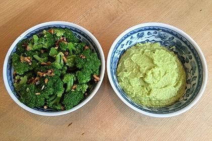 Brokkoli-Salat und Brokkoli-Creme mit Pinienkernen (Bild)