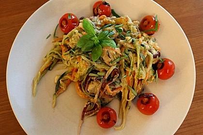 Gemüsenudeln mit Avocadocreme und Hähnchenbrust