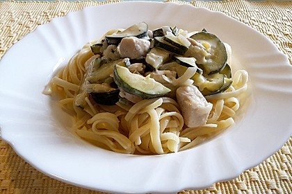 Linguine mit Huhn in cremiger Zucchini-Knoblauch-Sauce
