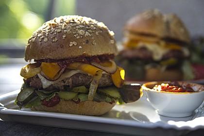 Vollkorn BBQ-Burger mit süßem Gartengemüse