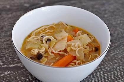 Gemüse-Kokoscreme-Suppe mit Reisnudeln und Hühnchen