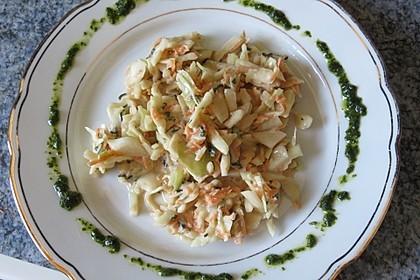 Weißkohlsalat mit Walnüssen