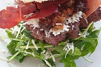 Mein bester Burger - mit Balsamico-Schalotten, Pecorino und Serranoschinken (Bild)