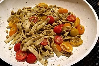 Dinkelnudeln an grünem Pesto mit gerösteten Pinienkernen