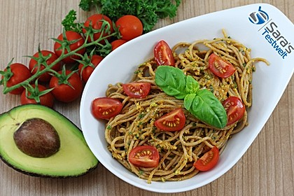 Dinkel-Spaghetti mit Avocado-Pesto