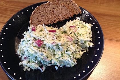 Weißkohlsalat mit Schmand und Kräutern