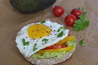 Toastbrötchen mit Avocadocreme, Paprika, Tomate und Spiegelei