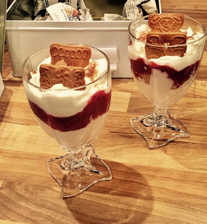 fruchtiges mascarpone schicht dessert im glas von