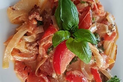 Tomaten mit Mett, Zwiebeln und Schafskäse (Bild)