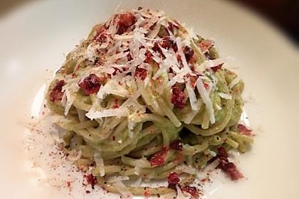 Spaghetti Carbonara Art mit Avocado (Bild)