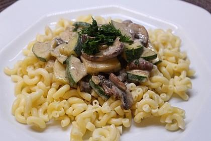 Pasta mit Zucchini-Champignon-Frischkäse-Soße (Bild)
