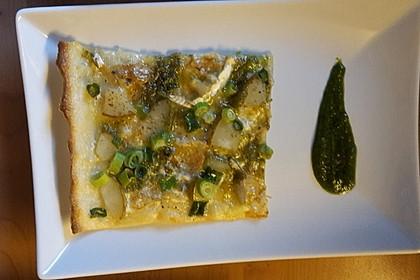 Flammkuchen mit Blauschimmelkäse, Birnen und Walnuss-Petersilien-Pesto