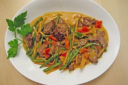 Rindfleisch in Kokosmilch mit rotem Curry