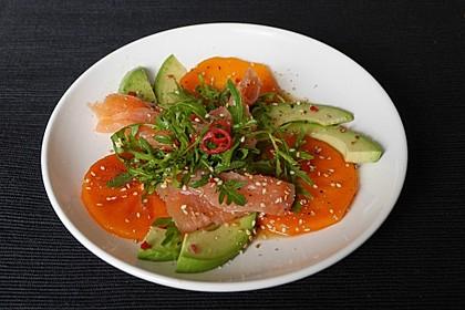 Avocado-Sharon-Rucola-Salat mit Räucherlachs und asiatischem Dressing