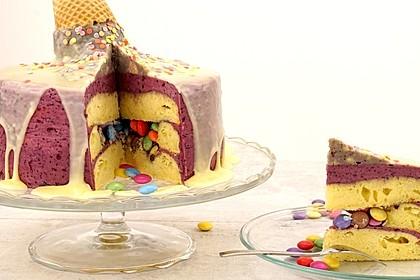Smarties-Pinata-Torte mit unechtem geschmolzenem Eis