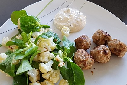 Blumenkohlsalat mit Hackbällchen und fruchtigem Fetadip