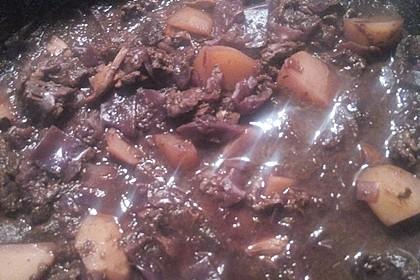 Rindfleischeintopf mit Rotkohl, Backpflaumen und Schokolade