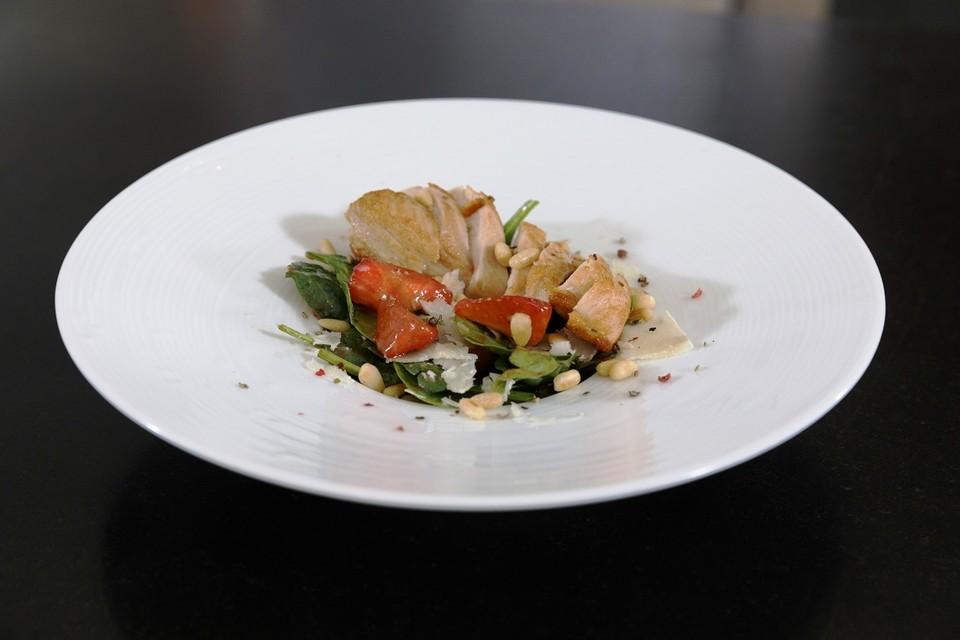Babyspinat-Salat-mit-Erdbeeren-gegrilltem-H-hnchen-und-Pinienkernen