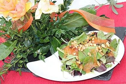 Bunter Salat im Papayadressing