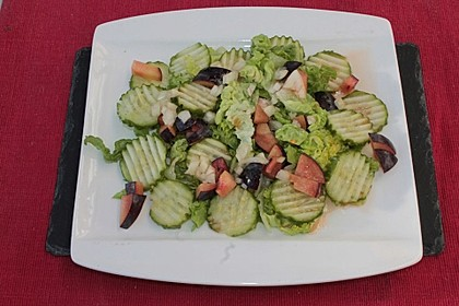 Salatherzen mit Gurke und Pflaume