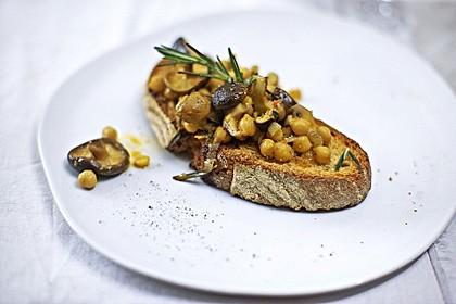 Pilzragout mit Kichererbsen auf getoastetem Brot