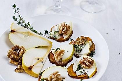 Gorgonzola und Birne auf Süßkartoffelscheibchen (Bild)
